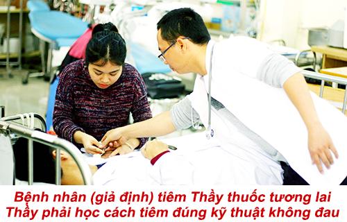 Sinh viên Y khoa Pasteur thực hành kỹ thuật tiêm đúng kỹ thuật không đau