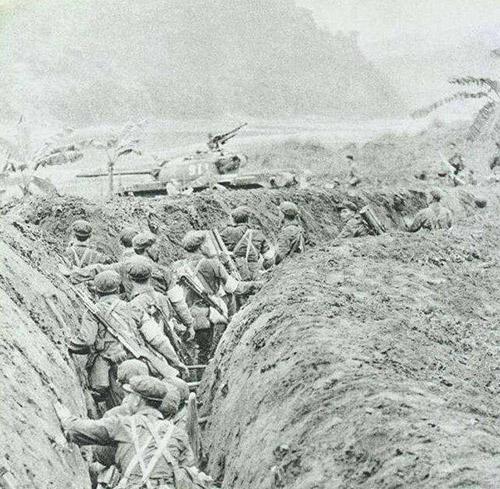 Lính Trung Quốc cùng sự yểm trợ của xe tăng tấn công vào lãnh thổ Việt Nam