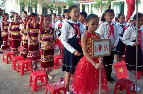 Học sinh trường Tiểu học Luận Khê, huyện miền núi Thường Xuân trong ngày khai giảng năm học mới