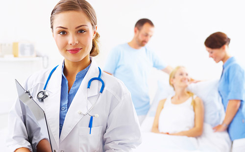 Điều dưỡng viên hướng dẫn cấp cứu người bị nạn trước khi đến bệnh viện