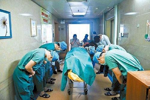 Cúi đầu trước bệnh nhân nhí khi đã trao sự sống cho bệnh nhân khác