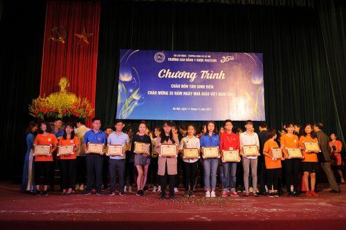 Trao thưởng cho các tổ chức và cá nhân đạt thành tích học tập xuất sắc