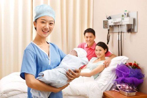 Công việc chính của người Hộ sinh là chăm sóc các sản phụ cũng như trẻ sơ sinh