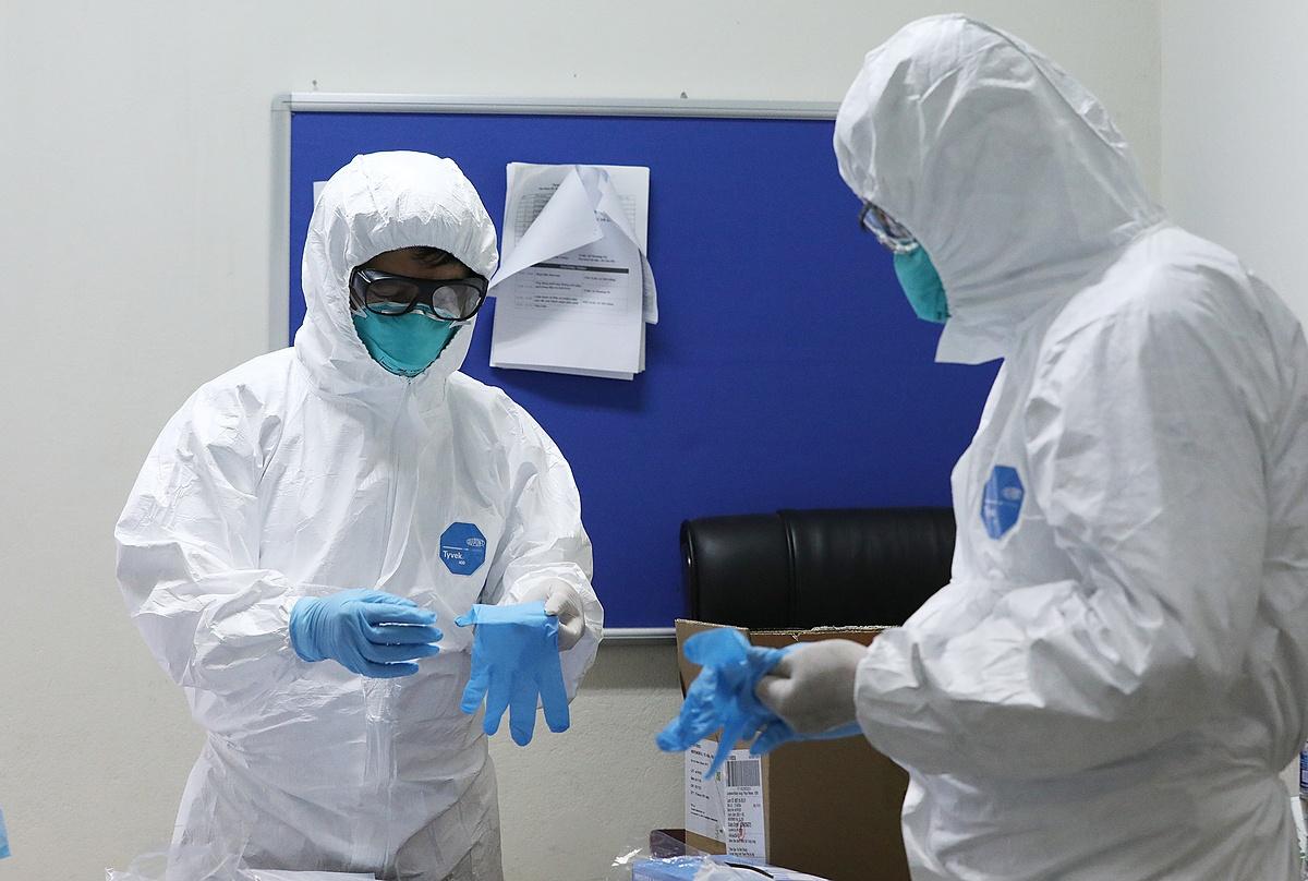 Bác sĩ mặc đồ bảo hộ thăm bệnh nhân Covid-19 ở Bệnh viện Bệnh nhiệt đới Trung ương