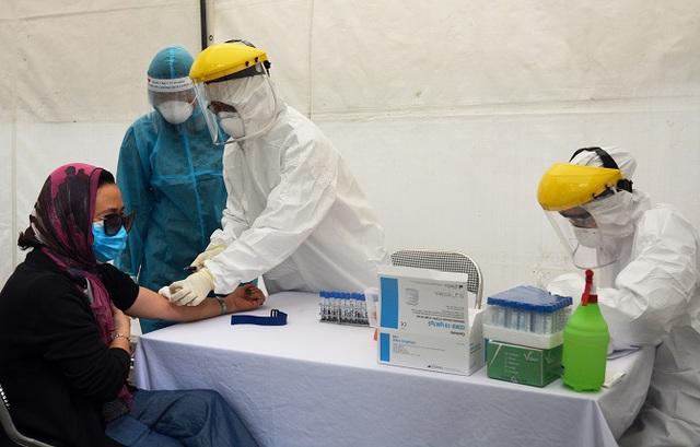 Hà Nội tiếp tục thực hiện test nhanh sàng lọc SARS-CoV-2 cho người dân